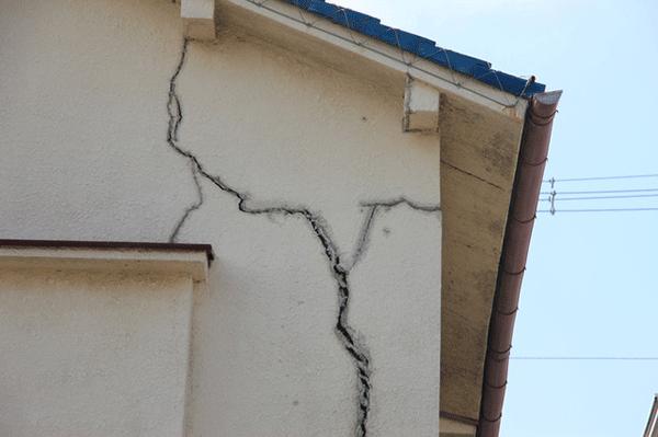 外壁のひび割れからの漏水